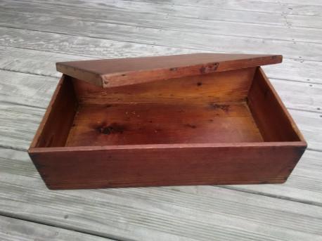 Ancienne boite à poupée en bois.