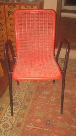 Chaise plastique perforé rouge