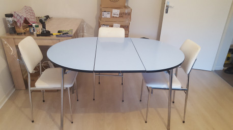 Table en formica ronde bleu