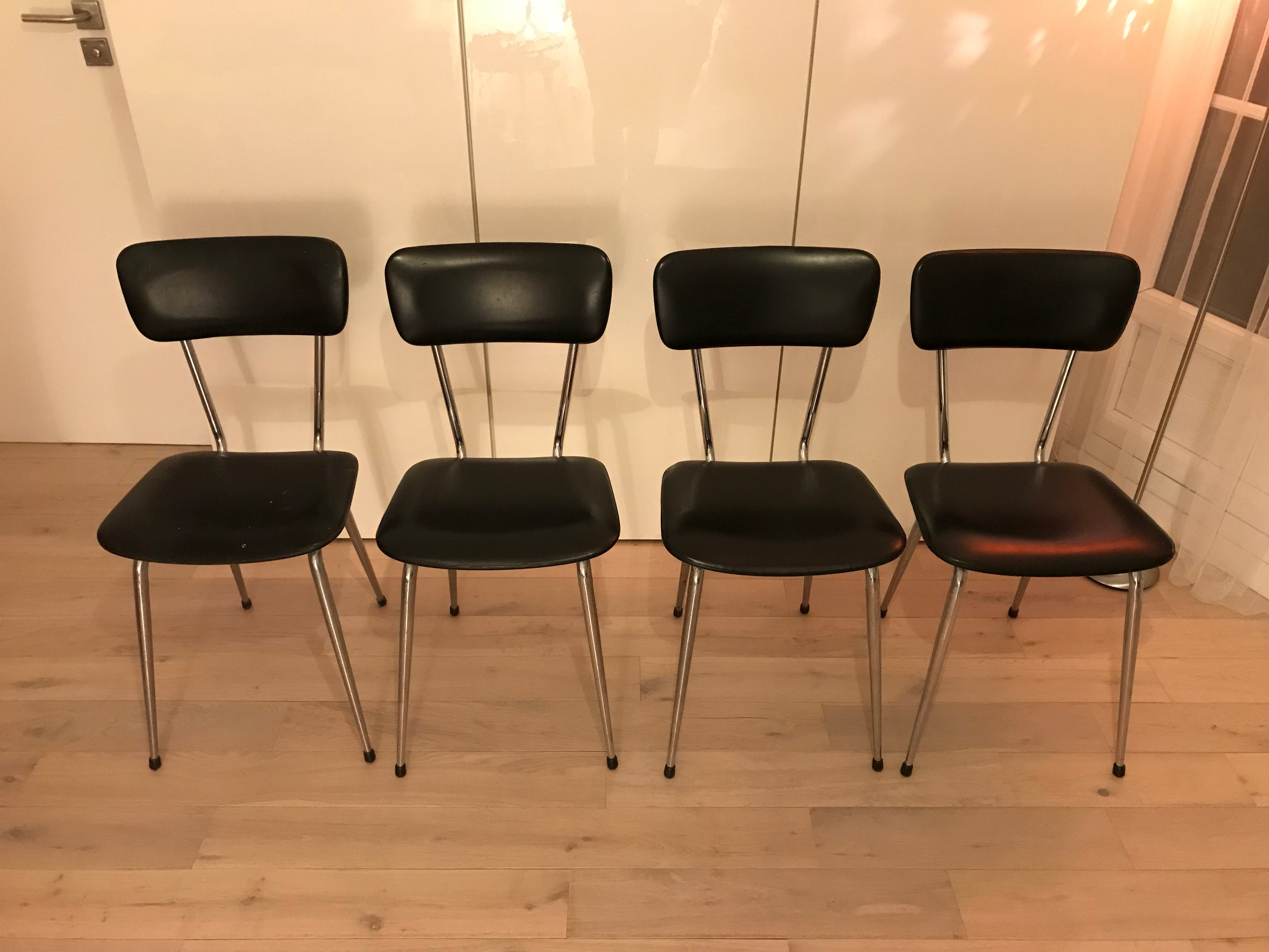 Chaises tube métallique et simili cuir noir Années 70