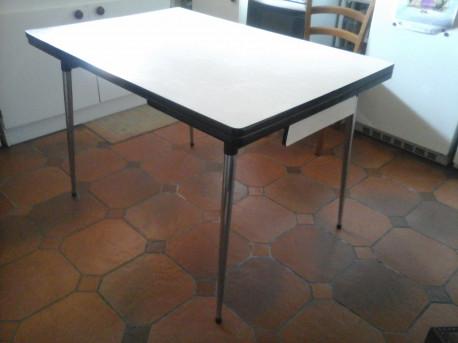 GRANDE TABLE EN FORMICA CRÈME VINTAGE AVEC RALLONGES