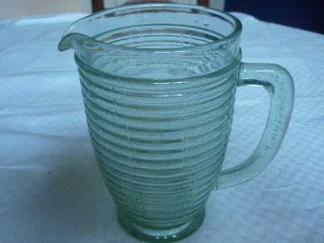 Pichet broc en verre moulé vert vintage
