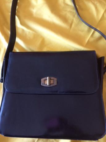 sac à main noir ,cuir vintage