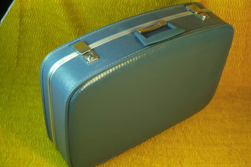 valise hotesse de l air remplie de cadeaux les vieilles choses. Black Bedroom Furniture Sets. Home Design Ideas