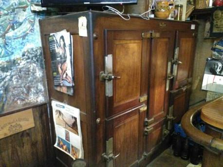 Grand frigo bois ancien