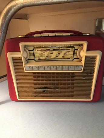 Poste de radio vintage rouge