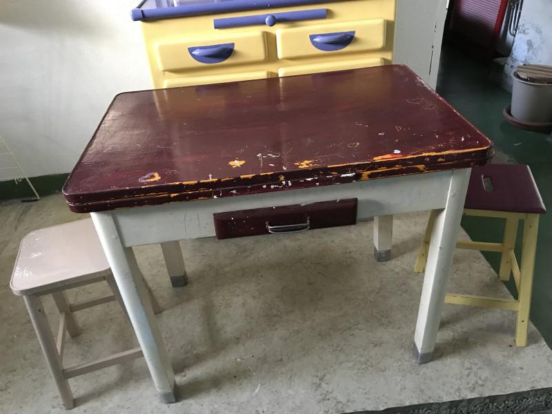 table de cuisine vintage les vieilles choses. Black Bedroom Furniture Sets. Home Design Ideas