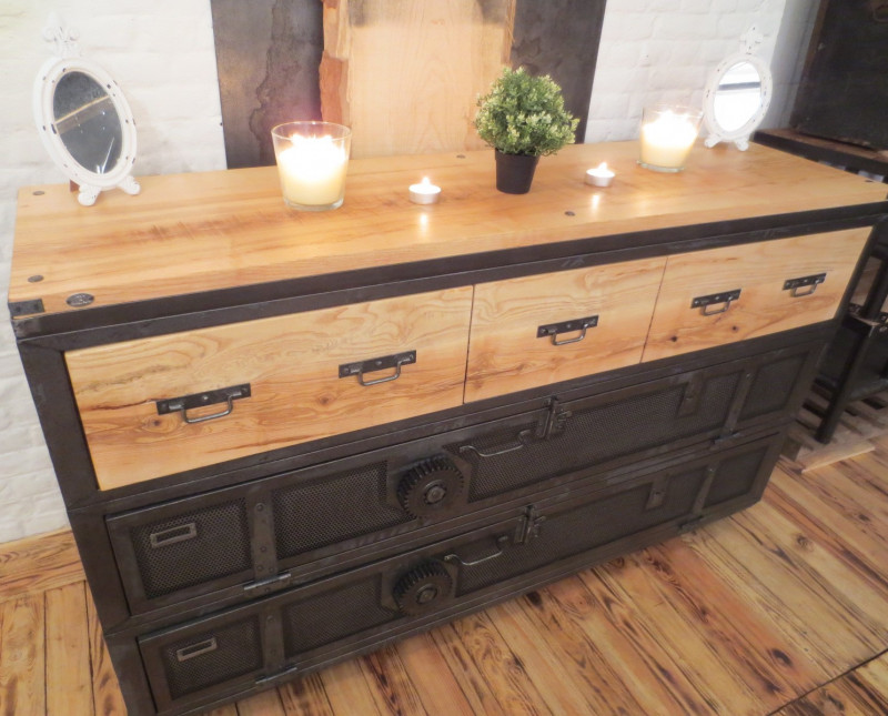 buffet industriel vintage les vieilles choses. Black Bedroom Furniture Sets. Home Design Ideas