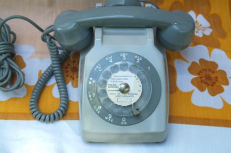 Téléphone gris a cadran rotatif