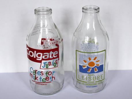 Duo de bouteilles de lait publicitaires