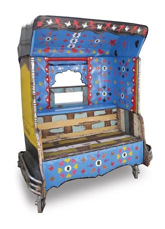 Ancien rickshaw recyclé en canapé