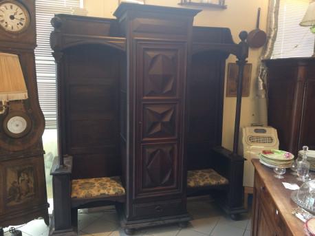 Confessionnal transformé en cabinet de lecture