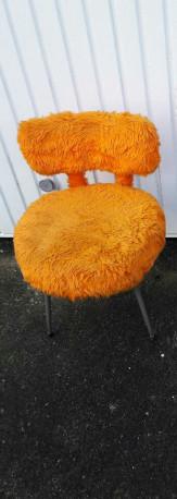 Chaise moumoute orange vintage
