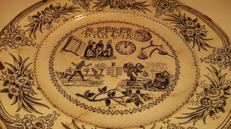 assiettes porcelaine fouque et arnoux r bus anciennes les vieilles choses. Black Bedroom Furniture Sets. Home Design Ideas