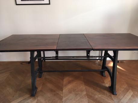 Table en bois massif et pieds en fonte