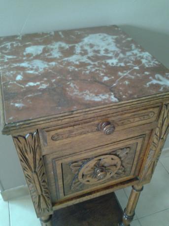 Ancienne table de nuit en chêne sculpté. Années 1930.