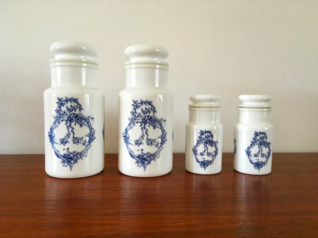 pots d 39 apothicaire en verre d 39 opale vintage bleus les vieilles choses. Black Bedroom Furniture Sets. Home Design Ideas