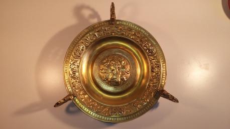 Ancien grand plat en cuivre ciselé