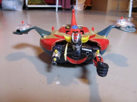 Goldorak et sa soucoupe de type Grendizer/ (métal et pvc plastique articulé avec missiles ou pièces détachables) (style figuri