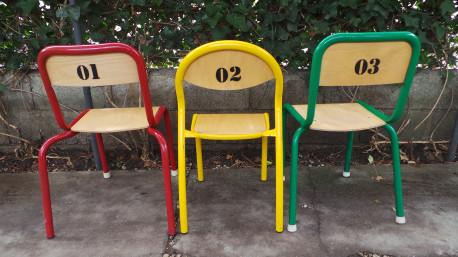 Trio de chaises d'école revisitées