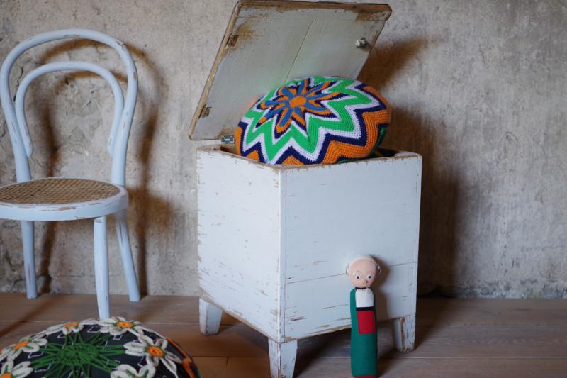 coffre malle tabouret pouf vintage cuir patine blanche les vieilles choses. Black Bedroom Furniture Sets. Home Design Ideas