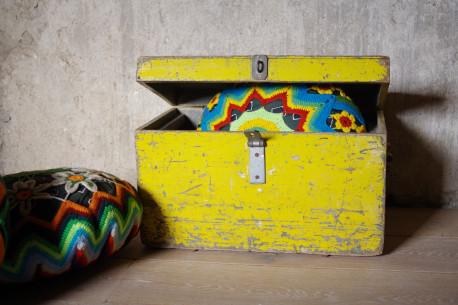 malle jouets coffre en bois patine ancienne jaune les vieilles choses. Black Bedroom Furniture Sets. Home Design Ideas