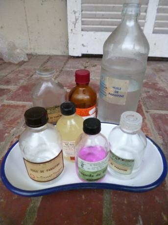 Lot de bouteilles anciennes de pharmacie et bac