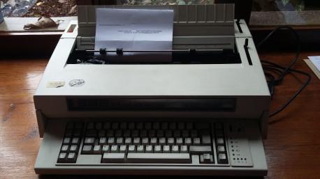 Machine à écrire IBM 6750 3
