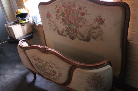 vintage lit tapissier avec ses deux matelas d'origine