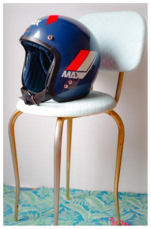 Chaise vintage bleu tendre pieds galbés