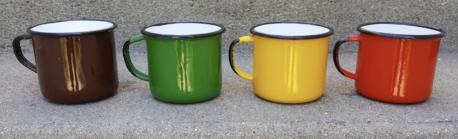Quatre mugs multicolor en fer émaillé des années 70, d'origine polonaise.