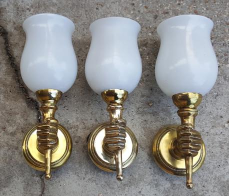 Trois appliques main au flambeau, bronze et opaline, Maison Jansen, vintage, années 50.