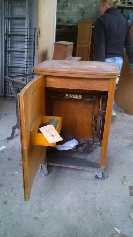 machine coudre vintage avec son meuble les vieilles choses. Black Bedroom Furniture Sets. Home Design Ideas